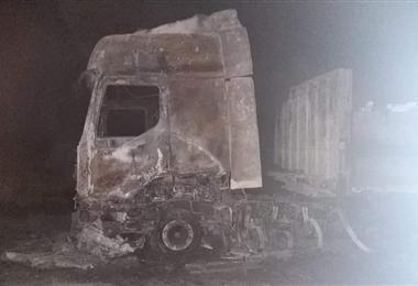 Camión calcinado en la carretera de Oruro. Foto. Transito Oruro