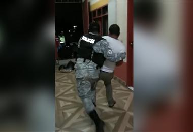 Los policías sacaron por la fuerza a los infractores. Foto. Alcaldía La Guardia