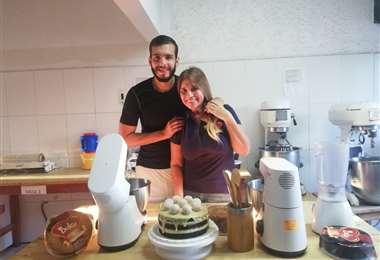 Rodrigo Banegas junto a su mamá, Dulcy Curi, en la fábrica donde se hace el pan. El arquero de Oriente Petrolero vive una cuarentena muy ocupada. Foto: Rodrigo Banegas