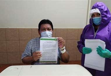 El gobernador Fanor Amapo muestra la declaratoria de desastre sanitario (Foto: NOTI RIBER)