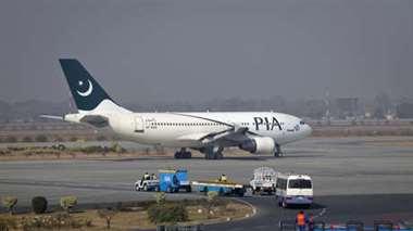 Un avión se estrella en un barrio residencial de Karachi