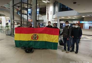El grupo de bolivianos en el aeropuerto Silvio Petirossi de Asunción (Paraguay) antes de abordar la aeronave