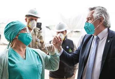 El presidente argentino saluda a una trabajadora de salud en Santiago del Estero. Foto AFP