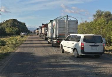 Vehículos hicieron largas filas en la carretera por el bloqueo en Mairana. Foto. Josué Chubé