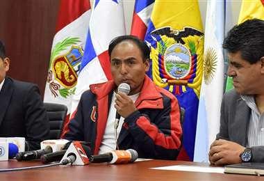 Milton Navarro (c) ha tenido ya varias reuniones con gente del fútbol nacional. Foto: internet