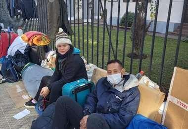 Los venezolanos fuera de la legación diplomática. Foto Internet