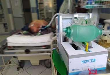 El paciente estuvo una hora intubado al equipo Meditec. Foto: UMSA