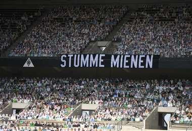 Una de las tribunas del estadio Borussia Park con las fotografías de los hinchas. Foto: Internet