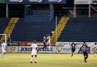 Los jugadores del club Sport Cartaginés y la Liga Deportiva Alajuelense disputan el balón durante un partido de la liga de Costa Rica en Cartago, Costa Rica, el 19 de mayo de 2020. Foto: AFP