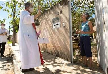 Los sacerdotes arriesgan sus vidas para dar un mensaje de esperanza a los fieles