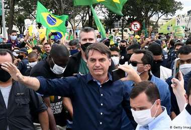 Bolsonaro participa en mitin cuando aumentan los contagios de Covid-19 en Brasil