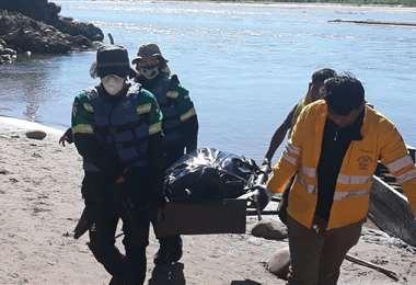Los rescatistas llevan los restos del joven./Foto: Soledad Prado
