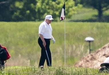 El presidente Donald Trump fue a jugar golf por segundo día consecutivo, mientras que el gobernador de Nueva York, Andrew Cuomo, ofreció su reporte diario sobre coronavirus en la popular Jones Beach de Long Island