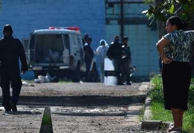 Momentos en que la policía retira los cuerpos de las reclusas fallecidas