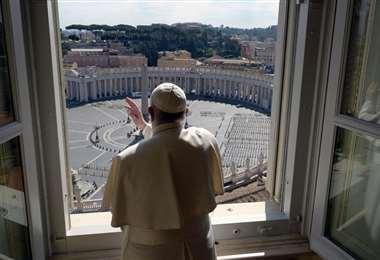 Francisco saludó a los fieles que siguieron la celebración en torno al obelisco central de la plaza