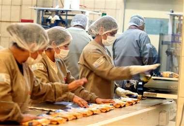 Las empresas que retomen labores deben cumplir con estrictas normas de bioseguridad. Foto: Fuad Landívar