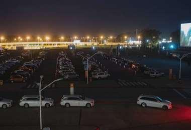El estacionamiento de la terminal aérea se convirtió este fin de semana en un autocine
