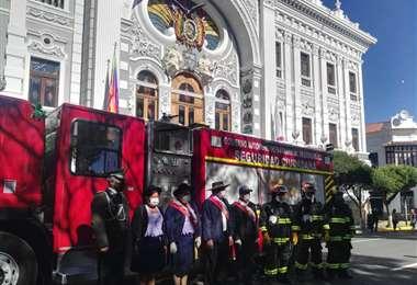Autoridades en el frontis de la Gobernación posan al lado del nuevo carro bombero