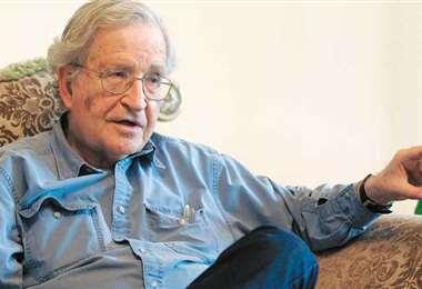"""El mundo que viene: """"EEUU corre hacia el precipicio"""", alerta el filósofo Noam Chomsky"""