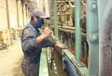En caso de reactivar labores, las empresas deben aplicar medidas de bioseguridad en su operación. Foto: Ricardo Montero