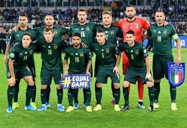 Los jugadores de la selección nacional de fútbol de Italia posan antes del partido de clasificación por el Grupo J de la UEFA Euro 2020 ante Grecia en el estadio Stadio Olimpico de Roma, el 12 de octubre de 2019. Foto: AFP