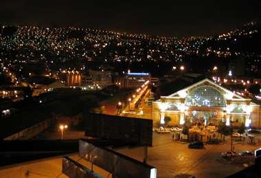 La ciudad de La Paz de noche I archivo.