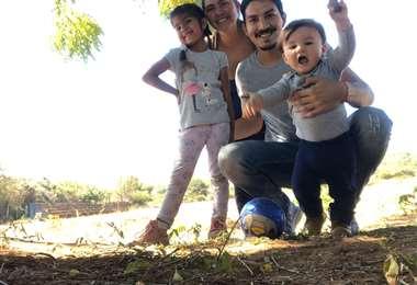 Saidt Mustafá con su esposa Deine y sus hijos Isabela y Farid. La familia gonza de la vida apacible y simple de San Juan. Foto: Saidt Mustafá