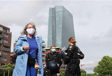 Dos policías vigilan una manifestación contra el confinamiento frente al Banco Central Europeo en Frankfurt. Foto AFP
