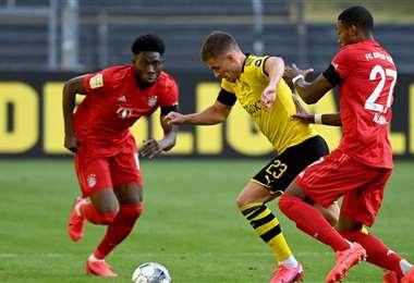 Hazard intenta salir de la marca de dos defensores del Bayern. Foto: Diario As