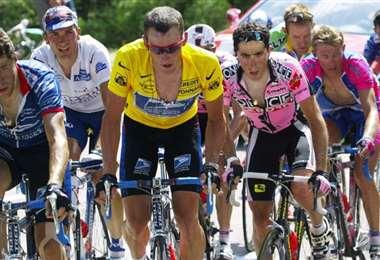 Lance Armstrong defiende su maillot amarillo en la ascensión al Mont Ventoux en el Tour de Francia de 2002. Foto: AFP