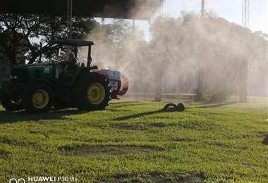El tractor que ya está trabajando en la fumigación. Foto Lorenzo Yopiez