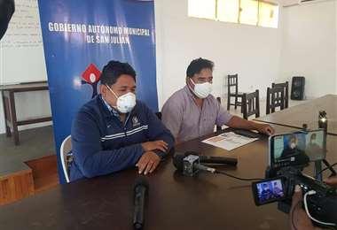 El director del hospital informa sobre el deceso. Foto Néstor Lovera