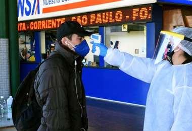 Siguen los controles en las terminales. Foto AFP