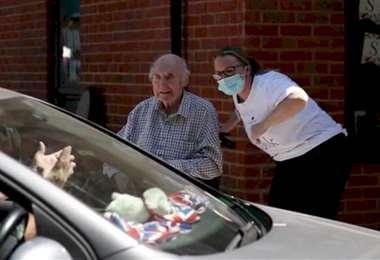 asilo crea un drive thru para los ancianos