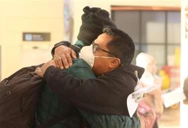 El padre David Cardozo despide en el aeropuerto de Cochabamba a Nicolás Castro, uno de los jugadores colombianos que fueron estafados por falsos directivos del club Bata. Foto: Opinión