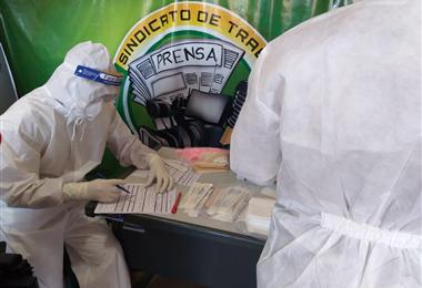 Funcionarios del Sedes realizaron la prueba a los trabajadores de la prensa en el Sindicato. Foto. Humberto Égüez