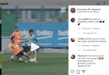 Lionel Messi (izq.) se tira al piso para recuperar una pelota que parecía perdida y que terminó en gol. Foto: Captura de pantalla