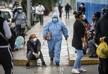 Personas esperan ser atendidos en el Hospital Alberto Sabogal de Lima, cuando arrecia la pandemia. Foto AFP