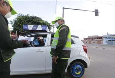 Policías realizando control de la cuarentena (Foto: FUAD LANDÍVAR)