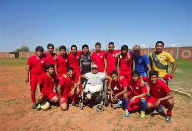 Luis Carmelo Román (en silla de ruedas) en 2016, con el equipo de Perequeji. Foto: Internet