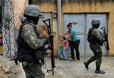Policías patrullan en una favela de Río de Janeiro, lugares donde hay un brote importante de la enfermedad. Foto AFP