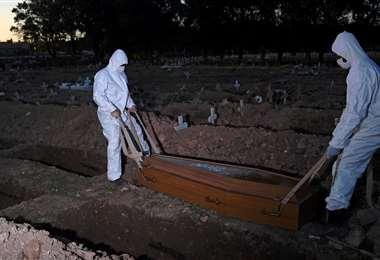 Trabajadores entierran a una víctima del Covid-19 en el cementerio San Francisco Xavier de Río de Janeiro