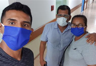 Gilbert Álvarez junto a sus padres, que ayudaron en los correteos