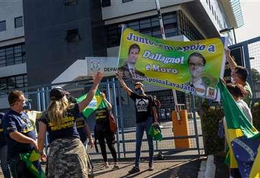 Partidarios del exministro en las afueras de la Policía Federal en Curitiba. Foto AFP