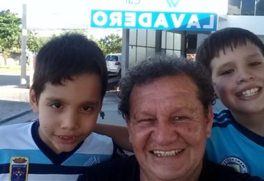 Iver Valladares junto a su hijos