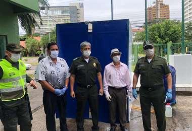 Terán (centro) en una entrega de cámaras de desinfección esta mañana en el Comando