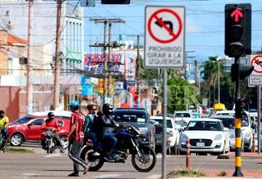 En los últimos días se ha visto que la gente ya no cumple la cuarentena en la ciudad de Santa Cruz. Foto Ricardo Montero