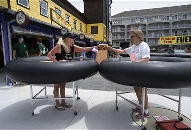 Clientes prueban las nuevas normas de distanciamiento en un local de Maryland. Foto AFP