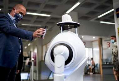 Un robot verifica la temperatura y el uso de la mascarilla en Amberes