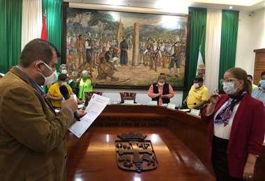 Sucre toma juramento a Sosa como alcaldesa interina. Foto Concejo Municipal